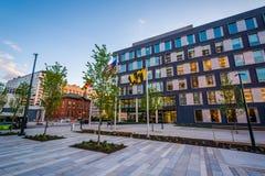 Modernt byggnader och ivrigt parkerar, i Baltimore, Maryland royaltyfria bilder