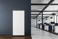 Modernt coworking kontor med det tomma banret Royaltyfri Foto