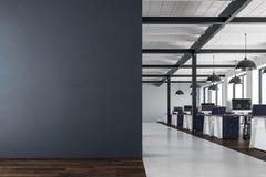 Modernt coworking kontor med kopieringsutrymme Royaltyfri Bild