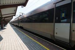 Modernt drev för silver på tom järnvägsstation royaltyfri bild