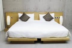 Modernt dubbelt sovrum Arkivfoto