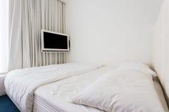 Modernt dubbelt sovrum med ädelträ fotografering för bildbyråer