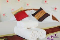 Modernt dubbelt sovrum med klassiskt möblemang Arkivbilder