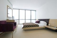 Modernt dubbelt sovrum med konungformatunderlaget Arkivfoto