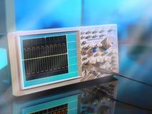 Modernt elektroniskt oscilloskop på abstrakt bakgrund Arkivfoton