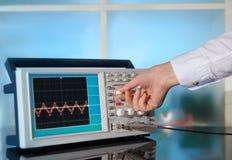 Modernt elektroniskt oscilloskop på abstrakt bakgrund Fotografering för Bildbyråer