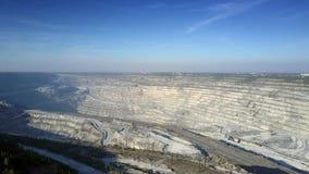 Modernt enormt asbestvillebråd för övresikt under blå himmel arkivfilmer