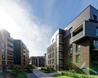 Modernt europeiskt komplex av bostads- hyreshusar arkivbild
