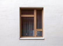 Modernt fönster på den vita väggen Arkivfoto