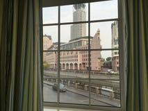 Modernt f?nster med gardiner i rum royaltyfri foto