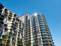 Modernt flerfamiljshus i Canary Wharf, London Royaltyfri Fotografi