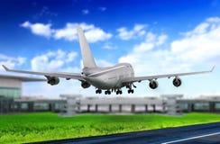Modernt flygplan i flygplats. Ta av på landningsbana. Royaltyfria Bilder