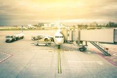 Modernt flygplan på den slutliga porten i internationell flygplats Arkivfoto