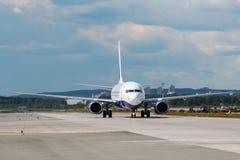 Modernt flygplan på landningsbanan royaltyfri bild