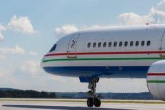 Modernt flygplan på landningsbanan fotografering för bildbyråer