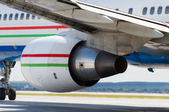 Modernt flygplan på landningsbanan arkivfoton