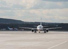 Modernt flygplan på landningsbanan royaltyfria bilder