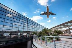 Modernt flygplatsterminal och flygplan Arkivbild