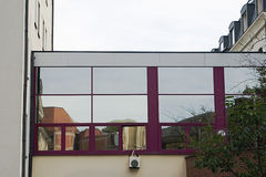 modernt gammalt Reflexioner av urgammala byggnader och cyklar i fönstren av en modern byggnad Royaltyfria Foton