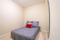 Modernt grått sovrum Royaltyfri Foto