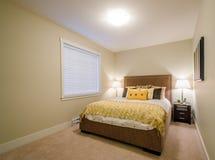 Modernt gult sovrum Arkivfoton