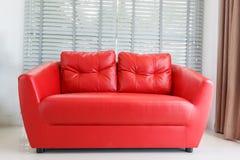 Modernt hem med vardagsrum och den röda soffan Arkivfoto
