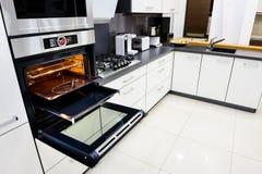 Modernt högt-tek kök, ugn med den öppna dörren Royaltyfria Bilder