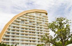 Modernt hotell bredvid stranden. Arkivfoto