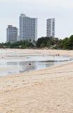 Modernt hotell, lägenhet bredvid stranden. Arkivbilder