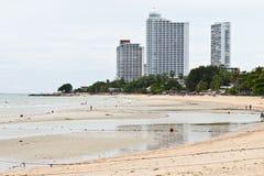 Modernt hotell, lägenhet bredvid stranden. Royaltyfria Bilder