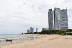 Modernt hotell, lägenhet bredvid stranden. Arkivfoton