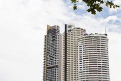 Modernt hotell, lägenhet bredvid stranden. Arkivfoto
