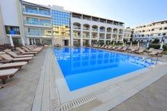Modernt hotell med en blå pöl Royaltyfri Fotografi
