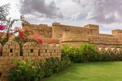 Modernt hotell nära Jaisalmer, som ser som det Jaisalmer fortet, Indien Arkivbilder