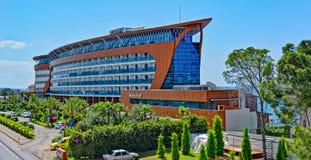 Modernt hotell på den medelhavs- kustlinjen Royaltyfri Foto