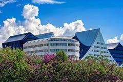 Modernt hotell på den medelhavs- kustlinjen Arkivfoto