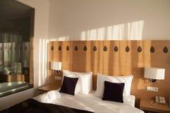 Modernt hotellrum med sikt och glasvägg till badrummet Royaltyfria Foton