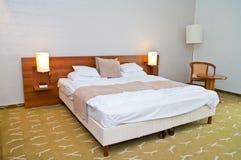 Modernt hotellrum med stor säng Royaltyfri Fotografi
