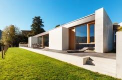 Modernt hus i cement royaltyfri fotografi