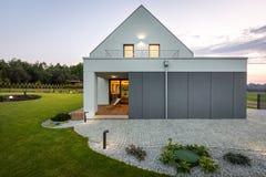 Modernt hus i natur Arkivbild