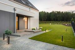 Modernt hus med härligt landskap arkivfoto