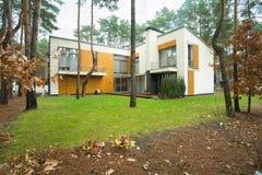 Modernt hus med trädgården royaltyfri foto