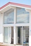 Modernt hus med trasparent väggar Fotografering för Bildbyråer