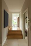 Modernt hus, modern korridor royaltyfri fotografi