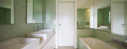 Modernt hus, modern toalett Royaltyfria Bilder