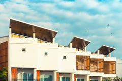 Modernt hus och yttersida på den soliga dagen , Yttersida Arkivbild
