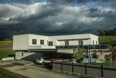 Modernt hus på bygd i Österrike arkivfoto