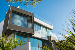 Modernt hus på Majorca i solen royaltyfri fotografi