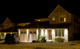 Modernt hus på natten Arkivfoto