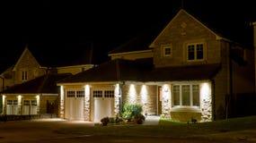 Modernt hus på natten arkivbild